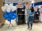 pegawai-electronic-city-memperlihatkan-balon-yang-berisi-hadiah-sabtu-2102021.jpg