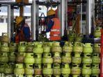 pekerja-menata-tabung-gas-untuk-pengisian-tabung-gas-lpg.jpg