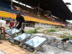 pekerja-mengangkat-lampu-sorot-stadion-di-stadion-mattoanging-6.jpg