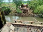 pekerjaan-proyek-pembangunan-jembatan-di-lompoe-desa-lalabata.jpg