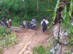 pelajar-sedang-melintasi-tanah-longsor-di-desa-polewali-kecamatan-sinjai-selatan.jpg