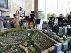 pelanggan-melihat-maket-master-plan-citraland-tallasa-city-saat-gelaran-open-house-3.jpg