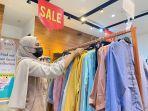pelanggan-sedang-mencari-baju-di-tenant-hava-nipah-sabtu-152021.jpg