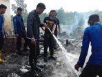pemadam-kebakaran-memadamkan-api-yang-menghanguskan-7-rumah-di-desa-lamuru.jpg