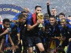 pemain-prancis-merayakan-kemenangannya-sebagai-juara-piala-dunia-2018_20180716_102454.jpg