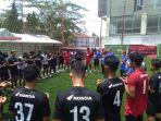 pemain-psm-makassar-berdoa-usai-latihan-di-lapangan-mini-soccer-republic.jpg