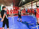 pemain-psm-mengikuti-sesi-latihan-bersama-rekan-rekan-di-lapangan-indoor-futsal.jpg
