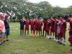 pemain-tim-sepak-bola-sulsel-mendengarkan-arahan-dari-pelatih-di-lapangan-karebosi.jpg
