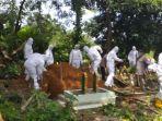 pemakaman-almarhum-bapak-gd-79-sesuai-prokkes-covid-19-di-pekuburan.jpg