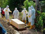 pemakaman-pasien-covid-19-yang-berinisial-im-62-di-tpu-watu-desa-libureng.jpg