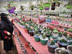 pembudidaya-tanaman-hias-merawat-kaktusnya-di-kawasan-hutan-pinus-malino-gowa-1.jpg