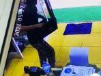 pemuda-di-toraja-utara-tertangkap-cctv-curi-laptop-di-toko-kue-senin-1752021.jpg