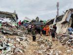 pencarian-korban-gempa-62-sr-di-mamuju-masih-terus-dilakukan-oleh-tim-sar.jpg