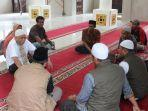 pendiri-masjid-di-tengah-hutan-gowa-puang-busli-baju-kokoh-putih.jpg