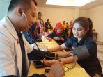 pendonor-sedang-mendonorkan-darah-di-lantai-1-hotel-amaris.jpg