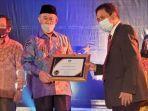 penghargaan-diserahkan-kepala-dan-sekretaris-lldikti-ix-sulawesi-prof-dr-jasruddin.jpg