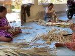 pengrajin-daun-lontar-sedang-menciptakan-kerajinan-tangan-dari-daun-lonta.jpg