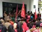 pengunjuk-rasa-mendesak-masuk-ke-gedung-dprd-kabupaten-bantaeng-kamis.jpg