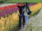 pengunjung-berswafoto-dengan-latar-belakang-panorama-bunga-di-rainbow-garden-3.jpg