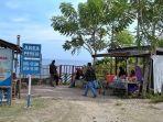 pengunjung-hanya-bisa-duduk-di-luar-karena-pintu-masuk-ke-lokasi-wisata-pantai-dato-digembok.jpg