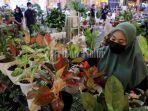 pengunjung-melihat-bunga-pada-kegiatan-pameran-tanaman-hias-plantopiahias-2.jpg