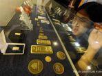 pengunjung-melihat-lihat-emas-batangan-di-butik-emas-logam-mulia-antam.jpg