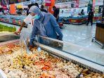 pengunjung-memilih-bakso-seafood-di-lotte-mart-panakkukang-sabtu-492021.jpg