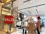 pengunjung-memilih-koleksi-blazer-di-satu-tenant-di-trans-studio-mall-16101021.jpg