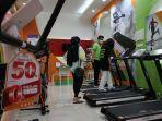 pengunjung-memilih-peralatan-olahraga-di-tenant-ob-fit-health-trans-studio-mall.jpg
