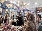 pengunjung-memilih-produk-yang-dijual-pada-tenan-pameran-magical-morocco-ramadhan-1.jpg