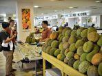 pengunjung-mengamati-durian-1.jpg<pf>pengunjung-mengamati-durian-2.jpg