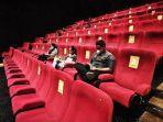 pengunjung-menyaksikan-film-yang-diputar-di-salah-satu-bioskop-di-makassar-2122020.jpg