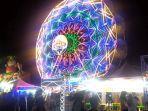 pengunjung-pasar-malam-yang-antri-untuk-menikmati-wahana-kincir-angin.jpg
