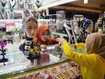 pengunjung-sedang-melihat-koleksi-perhiasan-di-annysa-collections-karebosi-link.jpg