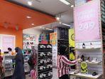 pengunjung-sedang-melihat-produk-sepatu-dan-tas-wanita-di-tenant-payless-1.jpg<pf>pengunjung-sedang-melihat-produk-sepatu-dan-tas-wanita-di-tenant-payless-2.jpg