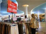 pengunjung-tengah-memilih-produk-pakaian-wanita-di-bazar-tenant-gaudi-2.jpg