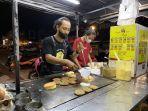 penjual-daeng-burger-yusran-kiri-sedang-menyajikan-burger-di-jl-tamalanrea-raya.jpg
