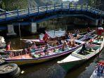 perahu-tradisional-jolloro-yang-berisi-telur-dan-hasil-bumi-berjejer.jpg