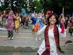 perempuan-dari-komunitas-rumpun-indonesia-membawakan-tarian-laras-bambu.jpg
