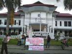 pergerakan-koalisi-rakyat-perkara-unjuk-rasa-di-kantor-dprd-kabupaten-enrekang.jpg