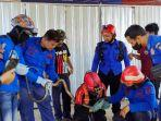 personel-damkar-dan-penyelamatan-kabupaten-wajo-mengevakuasi-seekor-ular-king-kobra.jpg