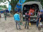 personel-dari-tni-dan-polri-ambil-bagian-dalam-pembersihan-pasca-banjir-482020.jpg