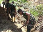 personel-kodim-1428mamasa-bersihkan-material-longsor-di-desa-rippung.jpg