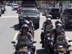 personel-polda-sulbar-patroli-di-kota-mamuju-sampaikan-maklumat-kapolri-kepada-warga.jpg
