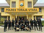 personel-sat-sabhara-polres-toraja-utara-bersenjata-lengkap-amankan-tiga-ekor-ayam.jpg