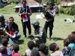 personel-tni-polri-bersama-anak-anak-di-papua-kkb-papua.jpg