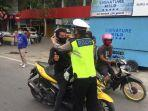 personil-kepolisian-resor-majene-memakaikan-masker-kepada-pengendara.jpg