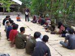 peserta-kemah-literasi-sedang-berdiskusi-di-rumah-hijau-denassa.jpg