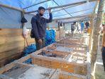 petrus-pedagang-ayam-di-pasar-tradisional-mamasa-senin-1052021.jpg