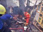 petugas-damkar-berusaha-memadamkan-api-saat-kebakaran-rumah-di-jl-andi-djemma-2.jpg